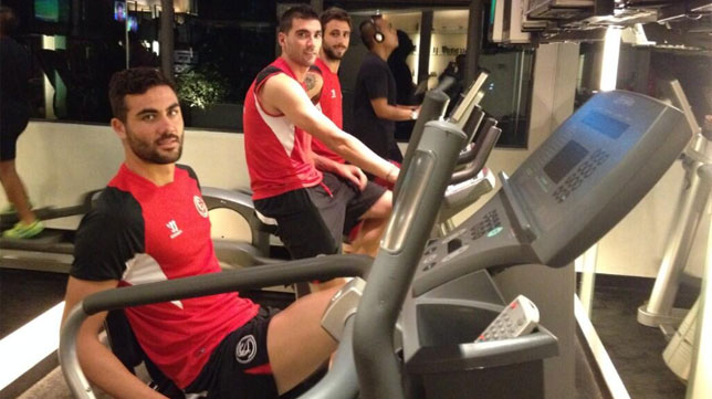 Iborra, Reyes y Nico Pareja se ejercitan en el gimnasio del hotel de Yakarta. FOTO: @SevillaFC