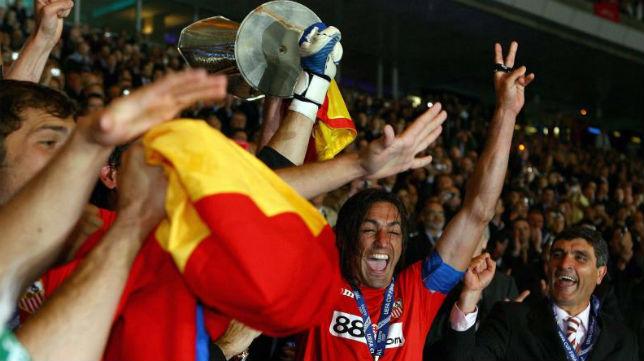 Javi Navarro levanta la Copa de la UEFA en la final de Glasgow tras derrotar al Español