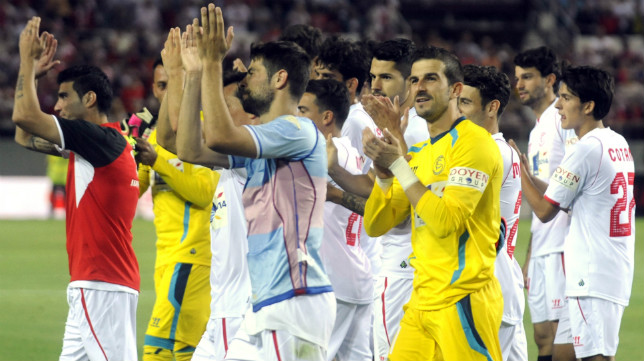Los jugadores saludan a la afición en la despedida ante el Elche