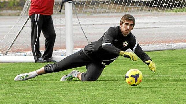 Julián hace una estirada en un entrenamiento del Almería