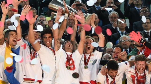 Los jugadores celebran la victoria con la copa