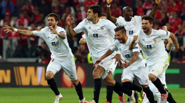 Los jugadores del Sevilla tras el gol de Gameiro