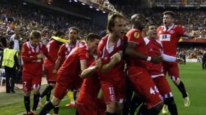 Los jugadores sevillistas celebran con Mbia su gol en Valencia