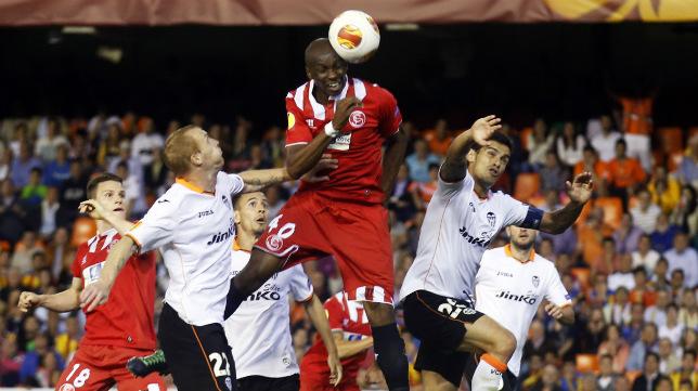Momento del remate de Mbia en Mestalla que metió al Sevilla en la final de Turín