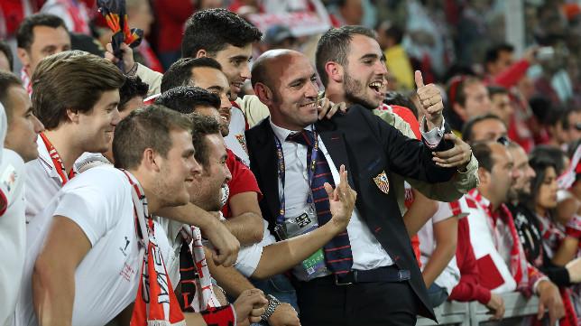 Monchi, junto a la afición en el Juventus Stadium