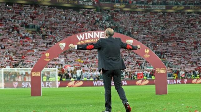 Monchi celebra la victoria en el césped