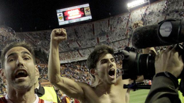 Fernando Navarro y Jairo celebran en Mestalla el pase a la final de Turín