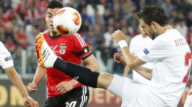 Nico Pareja despeja un balón ante el Benfica