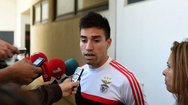 El jugador del Benfica, Nicolás Gaitán, atiende a los medios portugueses
