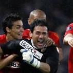 Palop, abrazo por Navas y Kanouté, tras parar el tercer penalti de la final de Glasgow