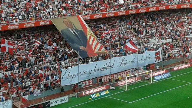 Pancarta de los Biris en homenaje a Roberto Alés