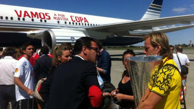 Rakitic, con la Copa de la UEFA, antes de subir al avión