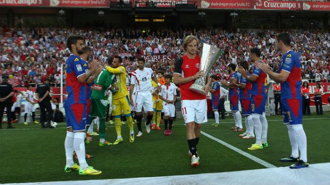 Rakitic, con la Copa en el pasillo que ha hecho el Elche al Sevilla