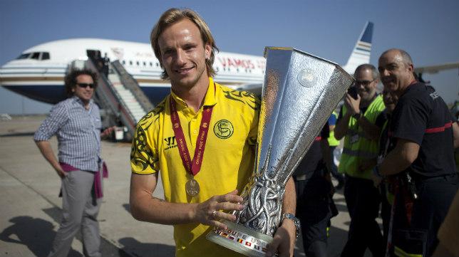 Rakitic posa con la Copa de la UEFA en el aeropuerto