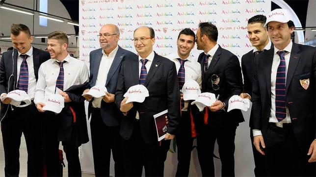 José Castro y Unai Emery, junto a varios jugadores, antes de partir hacia Turín. FOTO: Jesús Spínola