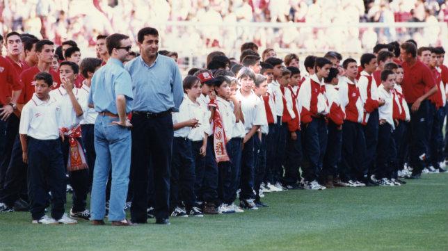 Sergio Ramos, resaltado en el centro de la imagen, cuando era un niño en los escalafones del Sevilla