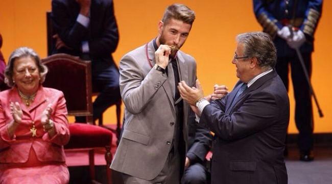 Sergio Ramos besa la medalla de Sevilla en presencia de Juan Ignacio Zoido: FOTO: @Ayto_Sevilla