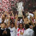 Momento en el que Javi Navarro levanta el título de la UEFA lograda en Eindhoven