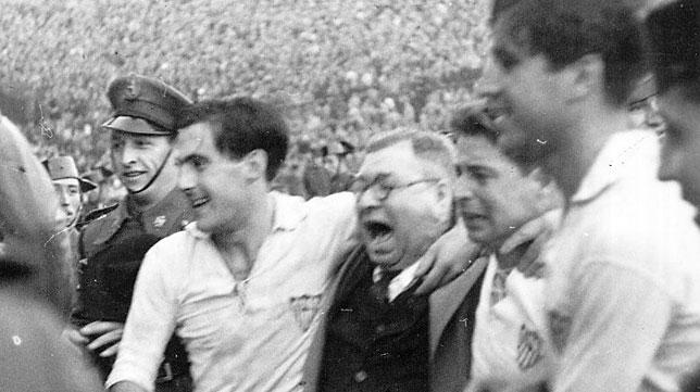 El Sevilla celebra en Les Corts el título logrado frente al Barcelona en la temporada 45-46