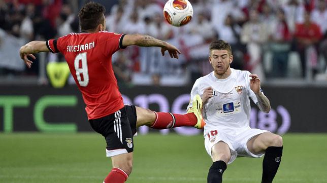 Sulejmani se adelanta a Alberto Moreno en la final de la Europa League