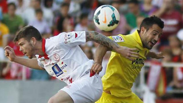 Alberto Moreno disputa un balón en un instante del partido ante el Villlarreal