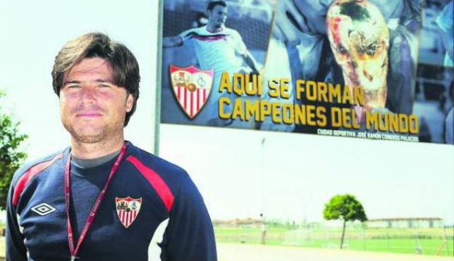 Agustín López es el entrenador del Sevilla FC División de Honor