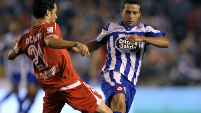 Cicinho junto a Bruno Gama, en el Dépor-Sevilla de la campaña 12-13