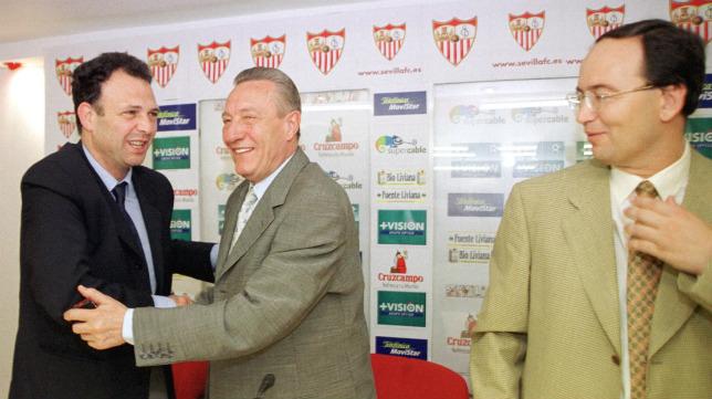 Caparrós, junto a Alés y Castro en su presentación en el año 2000 (Foto: J. M. Serrano)