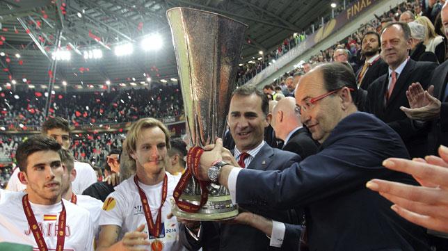 El presidente del Sevilla FC, José Castro, con la Copa de la UEFA