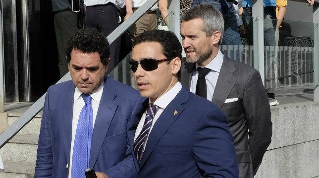 José María del Nido Carrasco, Ramón Somalo y Enrique de la Cerda, acudieron al tanatorio para el responso por Sebastián Alabanda. Foto: Jesús Spínola