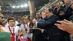 Don Felipe, junto a la última Copa de la Europa League en Turín
