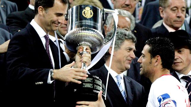 Felipe VI, entonces Príncipe de Asturias, le entrega la Copa del Rey de 2012 a Andrés Palop