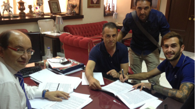 Aleix Vidal firma su contrato en el despacho del presidente Castro (Foto: SFC)
