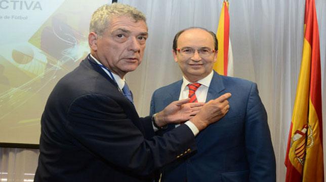 El presidente de la RFEF, Ángel Villar, coloca la insignia de oro a José Castro. FOTO: sevillafc.es