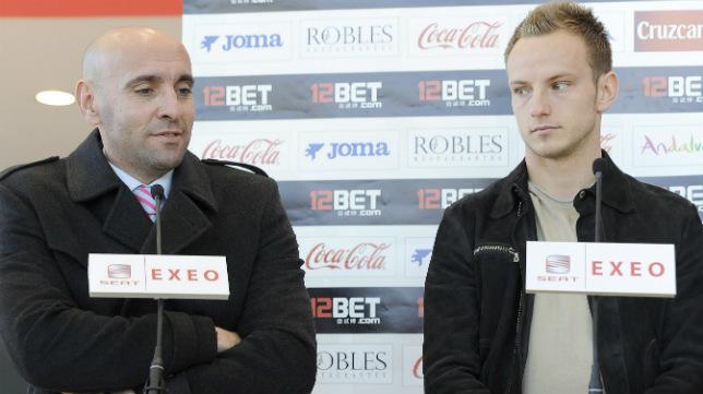Monchi junto a Rakitic en la presentación del croata como sevillista en enero de 2011 (Foto: Jesús Spínola)