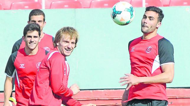Varas, Jairo y Rakitic, junto a Iborra en un entrenamiento