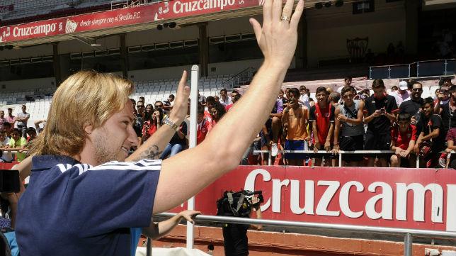 Rakitic, despidiéndose de la afición del Sevilla FC