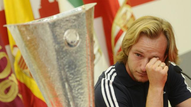 Rakitic, llorando en su despedida del Sevilla FC