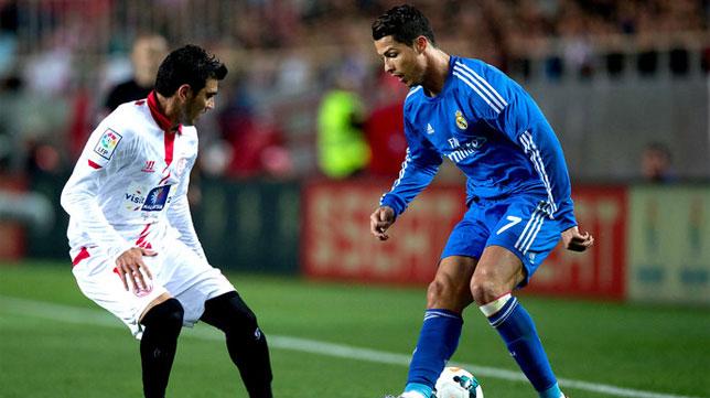 Cristiano Ronaldo encara a Reyes en un Sevilla-Real Madrid