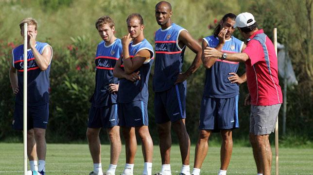 Poulsen, Hinkel, Kepa, Kanouté y Javi Navarro escuchan a Juande Ramos en un entrenamiento en Isla Canela