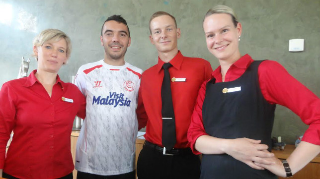 Iago Aspas posa sonriente junto a los recepcionistas del Resor Mark Bandrenburg en Neuruppin
