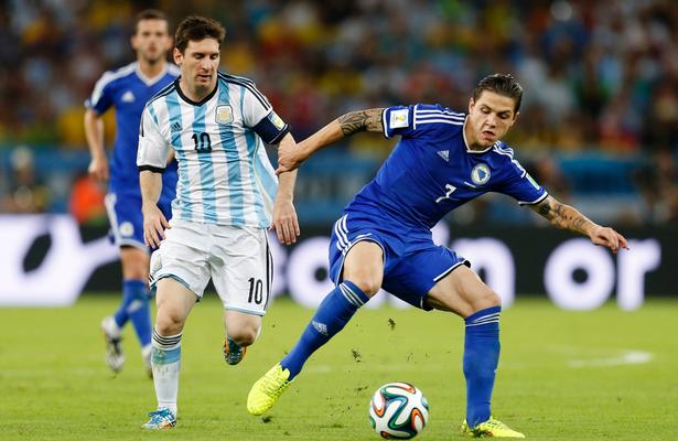 Muhamed Besic durante el pasado Mundial con Bosnia ante la Argentina de Messi.