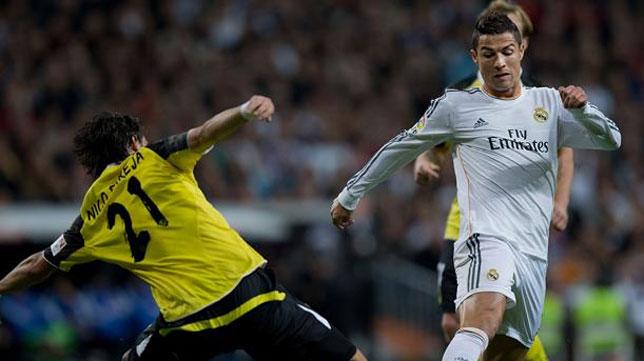 Cristiano Ronaldo intenta superar a Nico Pareja en un partido entre Real Madrid y Sevilla