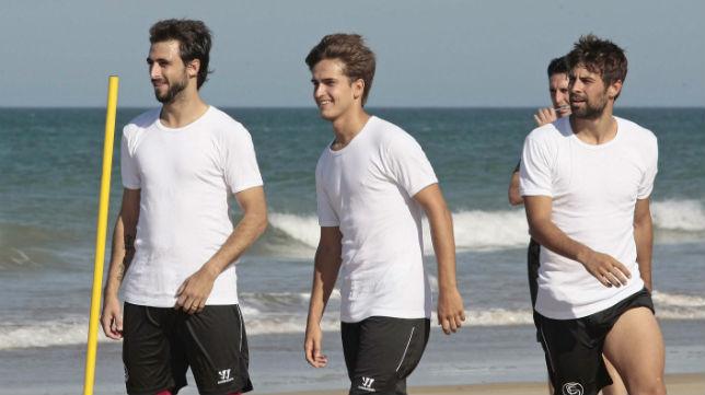 Pareja, junto a Denis Suárez y Coke en la playa de Costa Ballena