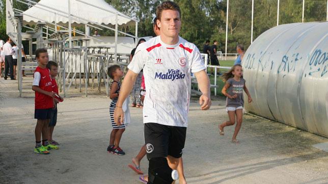 Gameiro sale del campo de entrenamiento de Costa Ballena, con una rodillera protectora. FOTO: Paco Martín