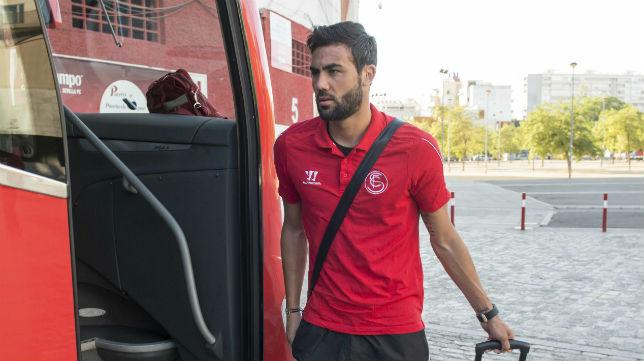 Vicente Iborra montándose en el autobús del Sevilla