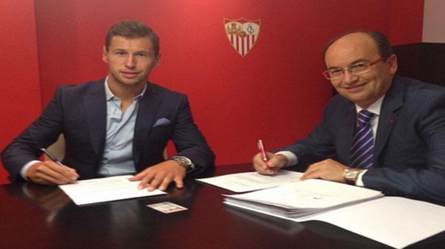 Krychowiak firma el contrato con el Sevilla junto a Pepe Castro.