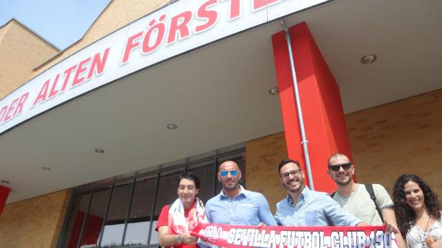 Monchi ha saludado a varios aficionados sevillistas en el Stadion An der Alten Försterei