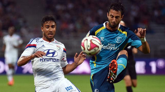 Nico Pareja intenta despejar un balón ante un jugador del Lyon