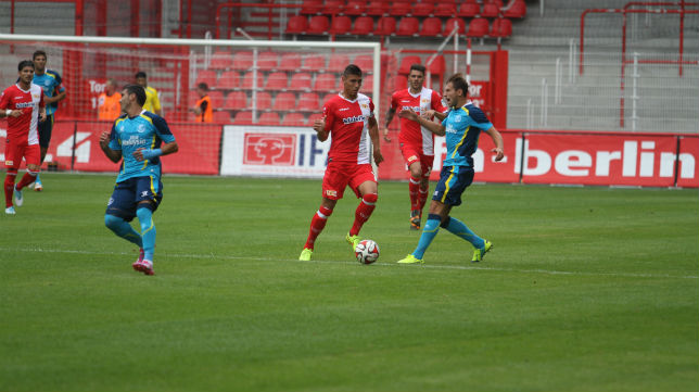 Los jugadores del Sevilla FC Reyes y Krychowiak durante una acción del partido (Foto: Tobias Haensch)